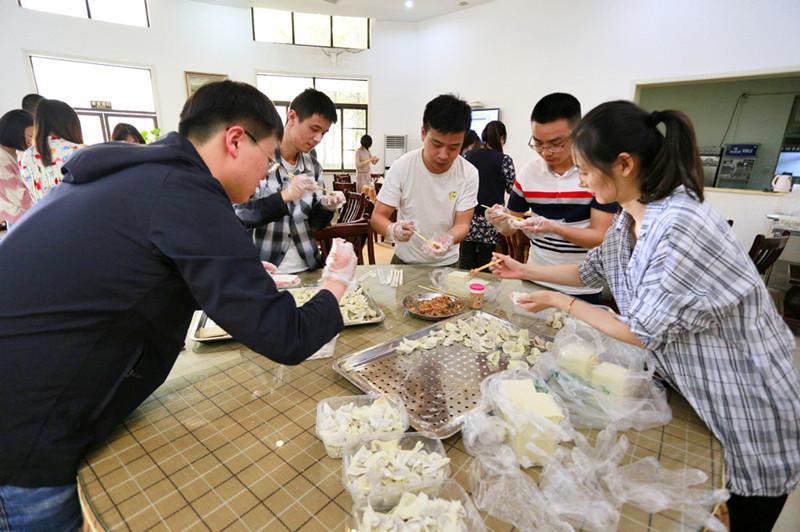 公司本部工会组织开展包抄手厨艺活动