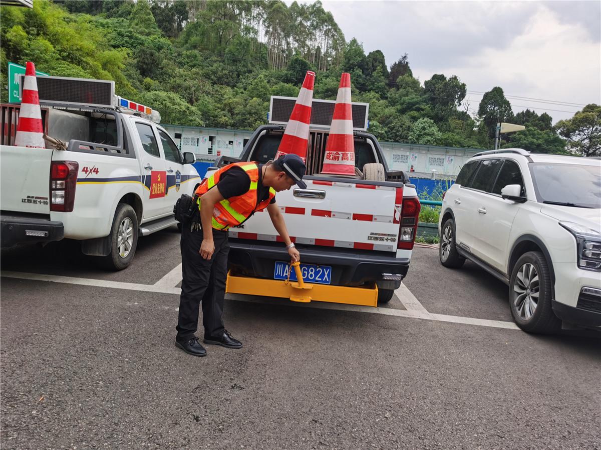 成都管理处开展路产管护巡逻车牵引钩试点安装